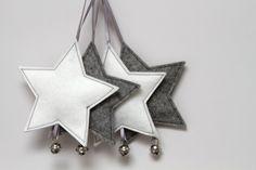 Vilten ster, voorzien van een satijnen lint waarmee hij opgehangen kan worden. Het belletje hangt aan een lusje waardoor meerdere sterren gemakkelijk aan elkaar verbonden kunnen worden en een mooi kerstslinger ontstaat. Ca. 11 cm groot. Verkrijgbaar in vele kleuren!