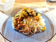Snelle wokmaaltijd met mie, lekker malse kippendij en roergebakken groenten