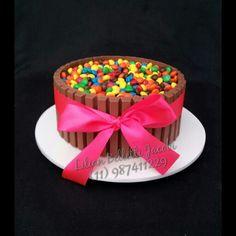 Mais um bolo Kit Kat com M&M's