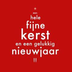 Moderne kerstkaart rood wit met kerstboom van tekst. Fijne kerst en een gelukkig nieuwjaar! Binnenin blanco.