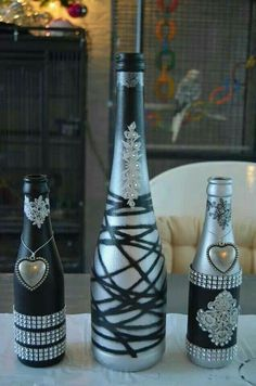 Botellas pintadas negro,plateado y blanco