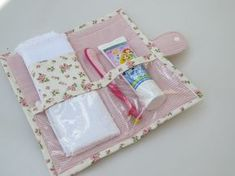 Toalha macia com barrado compõe a … Hygiene kit in floral cotton fabric. Soft towel with barred make up the piece. Fabric Crafts, Sewing Crafts, Sewing Projects, Patchwork Kitchen, Bijoux Fil Aluminium, Patchwork Blanket, Baby Boy Blankets, Soft Towels, Sewing Notions