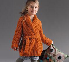 Original ce petit modèle de gilet long esprit cardigan tricoté en point cloqué. Modèle uni col châle et serré à la taille par une ceinture en côtes 2/2. Réalisé en Laine PARTNER 6 coloris curry.