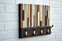 verschiedenfarbige Holzstücke auf einem alten Holzreste aneinanderreihen
