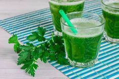 Parsley shake for complete disintoxication Purifier Foie, Healthy Shakes, Weight Loss Smoothies, Mojito, Almond Milk, Parsley, Alcoholic Drinks, Juice, Juicing