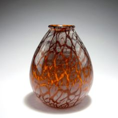 "Emile Galle, Nancy. Vase, 1920s. H. 26 cm. Cased glass, clear, amber and opal white.[...], mis en vente lors de la vente ""Art Nouveau et Art Déco (Partie 1)"" à Quittenbaum Kunstauktionen 