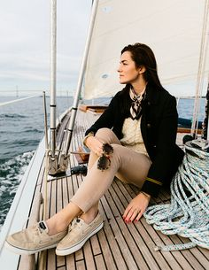 Sarah Vickers of Classy Girls Wear Pearls at Newport Harbor in khakis, Sperry's, a cable-knit sweater, a silk square scarf, and Karen Walker sunglasses. Nautical Outfits, Nautical Fashion, Preppy Fashion, Classic Fashion, Segel Outfit, Prep Style, My Style, Preppy Mode, Classy Girl