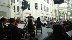 El Mstro. Davit Harutyunyan,Director Artístico de la Orquesta Sinfónica de Guayaquil,dirigiendo a los srs. músicos de la planta orquestal,quienes en conjunto recibieron muchas ovaciones por los invitados especiales así como por el público presente en la Gobernación del Guayas