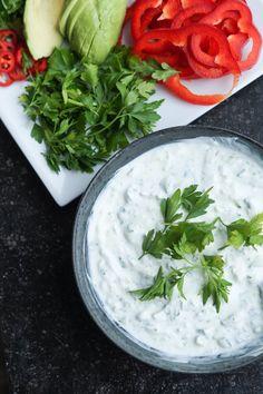 Hvidløgsdressing med agurk og lime - perfekt til madpandekager med ovnbagte falafler i. Let og vegetarisk aftensmadsopskrift.