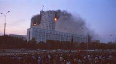 """Am 4. Oktober 1993 schossen Panzer auf Befehl des damaligen Präsidenten Boris Jelzin auf das russische Parlament. Westliche Medien rechtfertigten die Schüsse damals als Notwehr gegen eine angeblich drohende """"rot-braune Diktatur"""". Ein Rückblick auf eine Zeit, die nicht nur Russland bewegte."""
