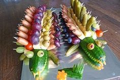 Gurkenkrokodil, ein leckeres Rezept aus der Kategorie Snacks und kleine Gerichte… Cucumber crocodile, a delicious recipe from the category snacks and small dishes. Party Finger Foods, Snacks Für Party, Appetizers For Party, Cute Food, Good Food, Yummy Food, Food Carving, Party Buffet, Veggie Tray