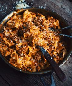 This bolognese sauce with Don de Dieu beer is another must in your kitchen! The beer adds a nice punch that I really dig. Pork Mushroom, Confort Food, Good Food, Yummy Food, Bolognese Sauce, Seafood Pasta, Mets, Spaghetti, Salad Recipes