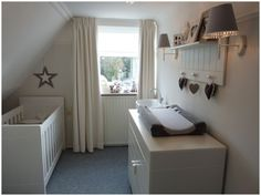 Babykamer meisje landelijk brocant ledikant commode baby girl room pinterest - Babykamer kleine ruimte ...