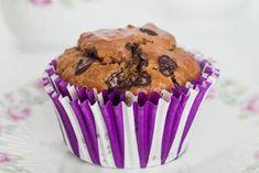Αυτά τα μάφινς είναι σκέτος πειρασμός, τόσο αρωματικά και σοκολατένια που δύσκολα πιστεύεις πως είναι τόσο υγιεινά! Η προσθήκη αποξηραμένων μύρτιλλων, που συνηθίζω, συμπληρώνει τέλεια τη σοκολατένια γεύση. Guilt Free, Cupcakes, Sugar Free, Muffins, Baking, Breakfast, Healthy, Desserts, Recipes