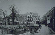Tolbrugstraat. De Tolbrug. Gezien vanuit de Haagdijk. Links voor de brug een gaslantaarn en over de brug links een urinoir (openbaar toilet) 1890-1900