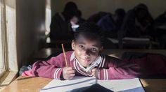 Kuusivuotias Kwanele Mfefe asuu Johannesburgissa, Etelä-Afrikassa. Etelä-Afrikassa on nyt talvi, joten lapset ovat koulussa. Kesäloma alkaa joulukuussa.