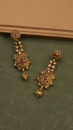 Earrings with ornamental scrolls of gold. Gold Jhumka Earrings, Jewelry Design Earrings, Gold Earrings Designs, Gold Jewellery Design, Antique Earrings, Antique Gold Rings, Diamond Jewelry, Gold Necklace, Gold Jewelry Simple