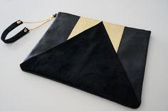 Grande Pochette en cuir bicolore noir et doré : Sacs à main par lyria-m