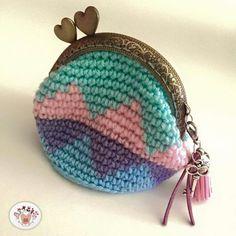 Monedero Diy Crochet Coin Purse, Crochet Purses, Bead Crochet, Cute Crochet, Tapestry Crochet Patterns, Coin Bag, Tiny Treasures, Beaded Purses, Crochet Accessories