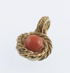 Ciondolo con cabochon in Corallo Rosso e Oro 18k £190