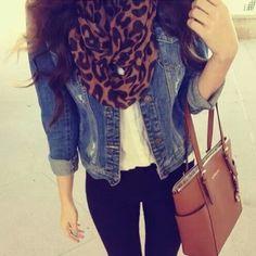 Calças pretas + tshirt branca + casaco ganga escuro + lenço tigresa + botins camel + mala camel