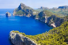 L'île de Majorque est réputée pour sa côte et ses plages idylliques. Que l'on se promène sur les falaises ou sur les criques, la mer, splendide, est omniprésente. Venez profiter des magnifiques panoramas qu'offre Majorque à travers nos 6 itinéraires de randonnée le long de la côte.