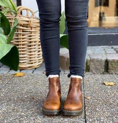 Chelsea Boots - Finding The Right Shoes - Some Advice Grunge Style, Soft Grunge, Tomboy Style, Galaxy Converse, Casual Winter Outfits, Casual Boots, Trendy Outfits, Winter Boots Outfits, Outfit Winter