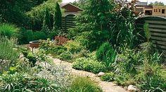 Za domem se na svahu a podél plotu rozkládá část zahrady věnovaná středomořské květeně včetně mnoha bylinek.
