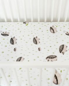 (http://www.spearmintlove.com/muslin-fitted-crib-sheet-hedgehog/)
