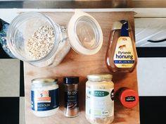 Recept: granolabars med jordnötssmör, kokosolja och salta mandlar.