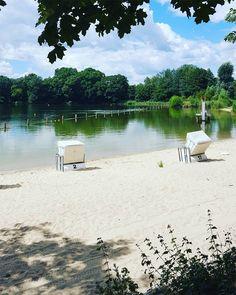 Kristallklares Wasser, idyllische Buchten und feiner Sand - wir haben uns schlau gemacht und die 10 schönsten Badeseen rund um Berlin zusammengefasst.