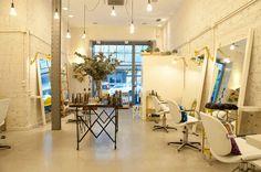 Busca imágenes de Oficinas y Tiendas de estilo : Sube Susaeta Interiorismo diseña centro de belleza <q>La Morla Hairdressing</q>, Bilbao. Encuentra las mejores fotos para inspirarte y crea tu hogar perfecto.