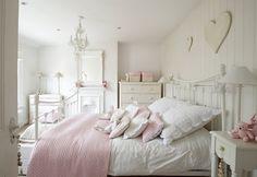 chambre à coucher de style shabby chic avec une décoration murale coeurs