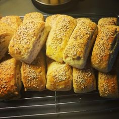 Disse er himmelsk gode, man får flere lag av briks veldig luftige. De er fine å fryse og varme opp. De er også ganske sunne siden de inneholder havre, og jeg synes miksen av valmuefrø og sesamfrø på toppen ble veldig godt :) Empanadas, Bread Recipes, Cake Recipes, Norwegian Food, Norwegian Recipes, Bread Rolls, Baking Tips, Nom Nom, Food And Drink