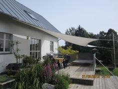 In geselliger Runde den Sommer im Freien genießen - auf der #Terrasse sorgt ein #Sonnensegel für das gewünschte Schattenplätzchen