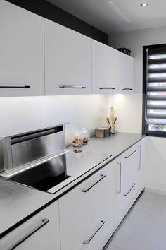 Cuisine Façades laquées blanc mat Hotte aspirante encastrable dans plan de travail Plaque à induction Réalisée par l'Atelier Languin (menuiserie) à Nantes #cuisine #aménagement #design #menuiserie