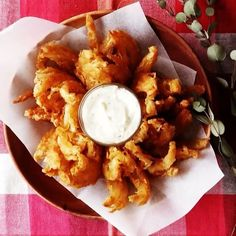 Blooming Onion @tastemade_japan INGREDIENTS: 1 large onion 150 g flour 5 g salt 1 tbsp paprika 1 tsp cayenne pepper 2 eggs (dip) 20 g cream cheese 1 tbsp mayonnaise dried oregano dried rosemary STEPS: Slice your onion about 3/4 of the way down, being careful not to cut to the bottom. Spread the petals apart to make coating easier. Combine flour, paprika, salt and cayenne pepper and mix well. Coat the onion with mixture and shake off excess. Dip the onion in the egg to cover completely. Then…