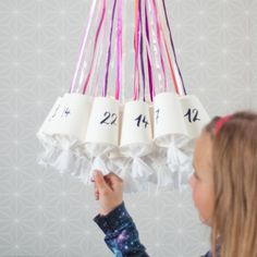 Use simple white paper cups to make this awesome advent calendar. (in German)