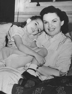 Judy Garland with her daughter Liza in London, 1951.