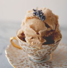 Sit back and relax with this 20 minute recipe for creamy lavender earl grey ice cream, made with almond milk so it's vegan friendly. Almond Milk Ice Cream, Lavender Ice Cream, Vegan Ice Cream, Ice Cream Flavors, Ice Cream Recipes, Frozen Desserts, Frozen Treats, Earl Grey Ice Cream, Almond Breeze