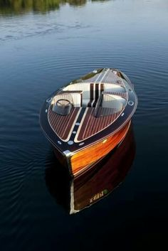 Admiring the gorgeous details of this classic wooden motor boat. If only I had an extra to spend on a boat! Riva Boot, Classic Wooden Boats, Vintage Boats, Chris Craft, Old Boats, Yacht Boat, Speed Boats, Motor Boats, Boat Building