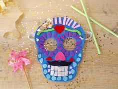 Masque Calaveras pour la fête des morts, tradition du Mexique Masque Halloween, Theme Halloween, St Max, Bricolage Halloween, Mexican Birthday, Mexico, Arts And Crafts, Kids Rugs, Animation