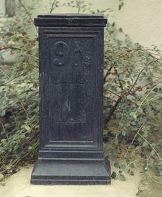 Borne, Maisons-Alfort (94) ancienne borne en fonte placée sur la RN 6 dans le centre ville