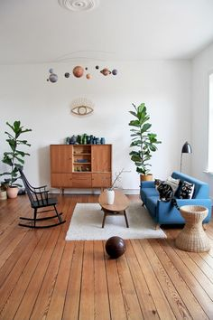 Is there life on mars? #myhome #urbanjungle #cat #vintage #midcentury #livingroom #dielenboden #altbau