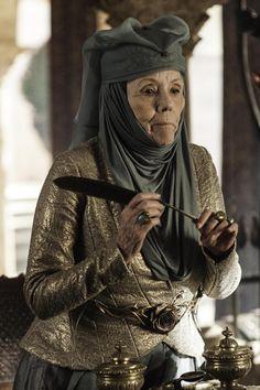 Season 3 - Diana Rigg as Olenna Tyrell-photo Helen Sloan/HBO Game of thrones cast screencaps Game Of Thrones Saison, Game Of Thrones Series, Game Of Thrones Tv, Valar Morghulis, Valar Dohaeris, Costumes Game Of Thrones, Game Of Thornes, Lady Olenna Tyrell, Margaery Tyrell