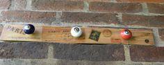 """Modelo """"Frenchy"""". Realizado en madera de pinotea natural recuperada, transferencia de imágenes y tiradores de cerámica. Medidas: 55 cm. x 6 cm."""