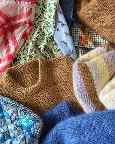 """PetiteKnit // Mette on Instagram: """"Jeg har pakket til fem dages ferie i Nordjylland, og jeg har garn og strikkede sweatre med til fem uger. Mindst ✌🏻 I bunken er blandt andet…"""" Bunker, Burlap, Reusable Tote Bags, Vest, Inspiration, Biblical Inspiration, Hessian Fabric, Jute, Inhalation"""