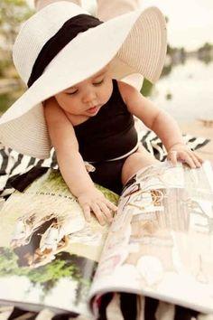 Bebe leyendo revista de moda para enterarse de las nuevas tendencias!