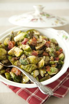 Brussel Sprouts with Hot Bacon Vinaigrette Recipe – Paula Deen - Thanksgiving Recipes Paula Deen, Ree Drummond, Side Dish Recipes, Vegetable Recipes, Recipes Dinner, Chicken Recipes, Great Recipes, Favorite Recipes, Family Recipes