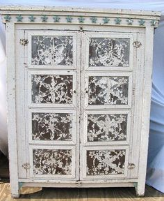 I just love, love, love this old pie safe!!! One day I will have one.....